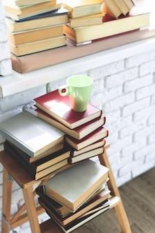Taza de café con libro.