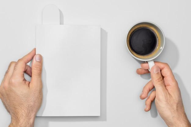 Taza de café y libros vacíos.