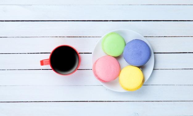Taza de café y macarons