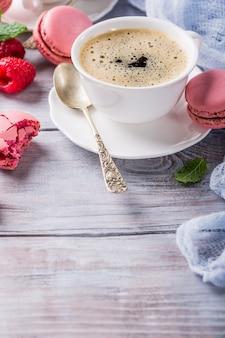Taza de café con macarrones de frambuesa francés