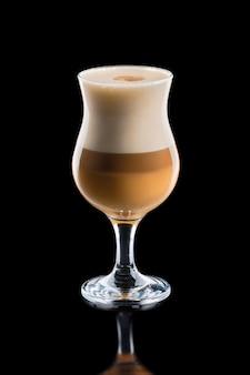 Taza de café macchiato caramelo en capas aislado