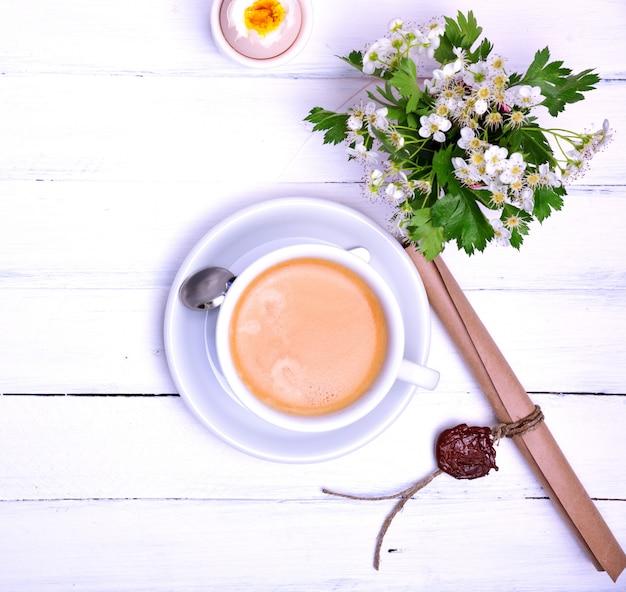 Taza de café en una madera blanca