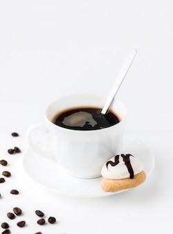 Taza de café de la mañana con las galletas de la galleta en el fondo de madera blanco