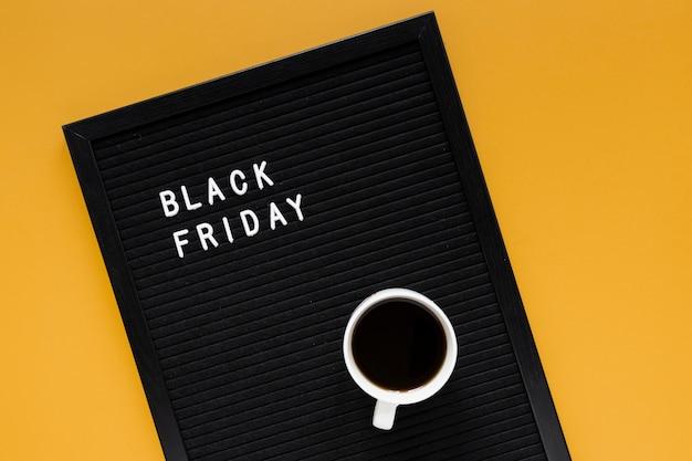 Taza de café en el marco del viernes negro