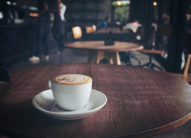 Taza de café en la mesa de café, estilo vintage.