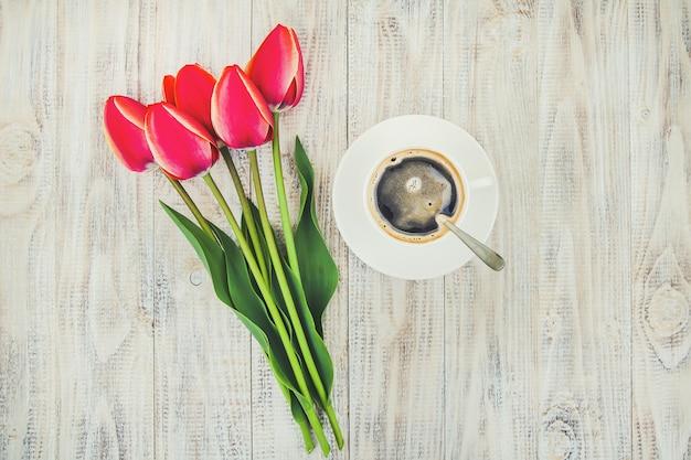 Taza de café en la mesa para el desayuno. enfoque selectivo