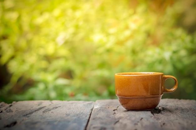 Taza de café en la mesa de madera en la mañana