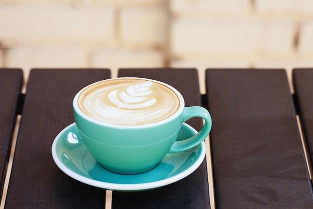 Taza de café en la mesa de madera. vista desde arriba. copie el espacio.