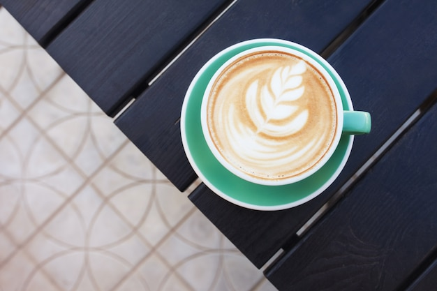 Taza de café en la mesa de madera. vista desde arriba.