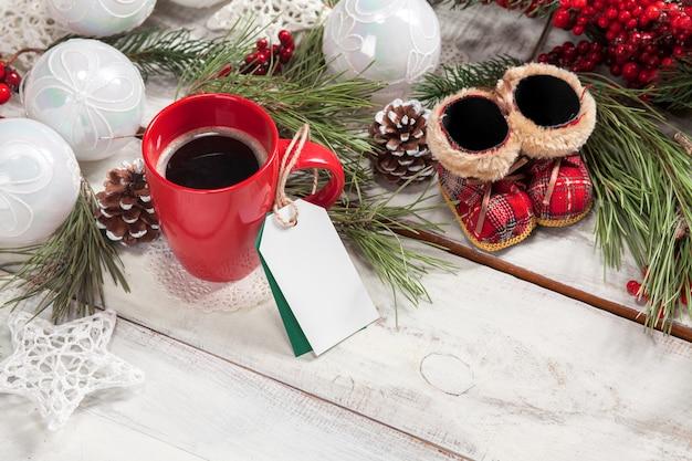 Una taza de café en la mesa de madera.