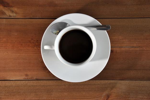 Taza de café en una mesa de madera