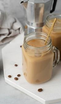 Taza con café en la mesa