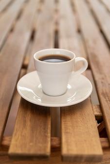 Taza de café minimalista en mesa de madera