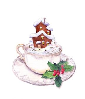Taza de café con muérdago de navidad, espuma de crema y casa de cuento de hadas de invierno en la nieve