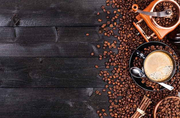 Taza de café negro, café molido, molino, cuenco
