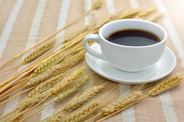 Una taza de café negro con cebada seca Foto Premium