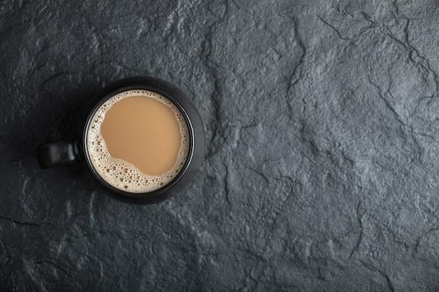 Una taza de café negro sobre negro.
