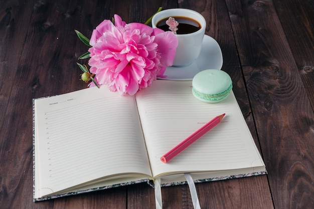 Taza de café con notebook en el fondo de madera