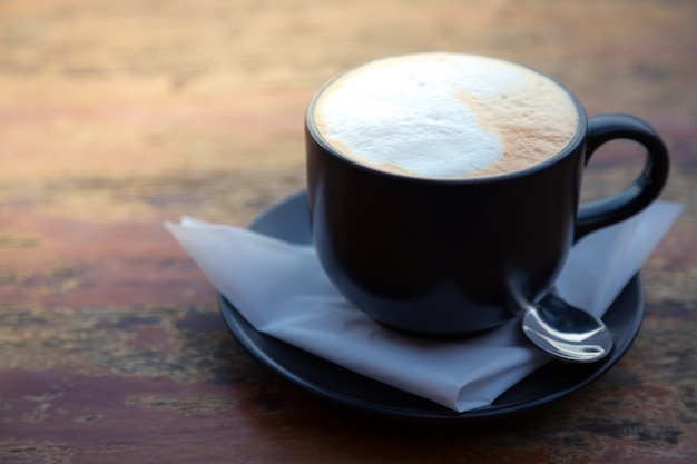 Taza de café oscura con espuma