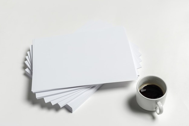 Taza de café y papel a4