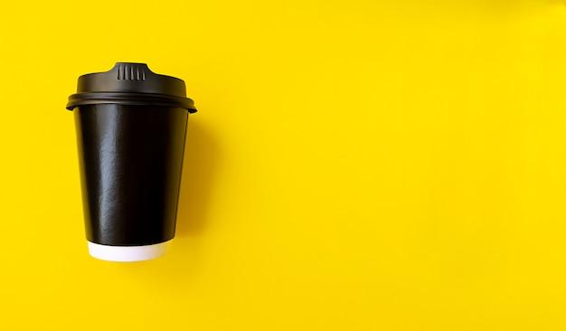 Taza de café de papel negro para ir con espacio de copia