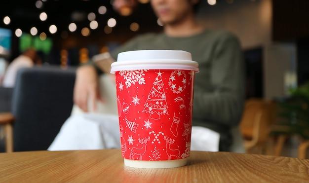 Taza de café de papel con patrón navideño