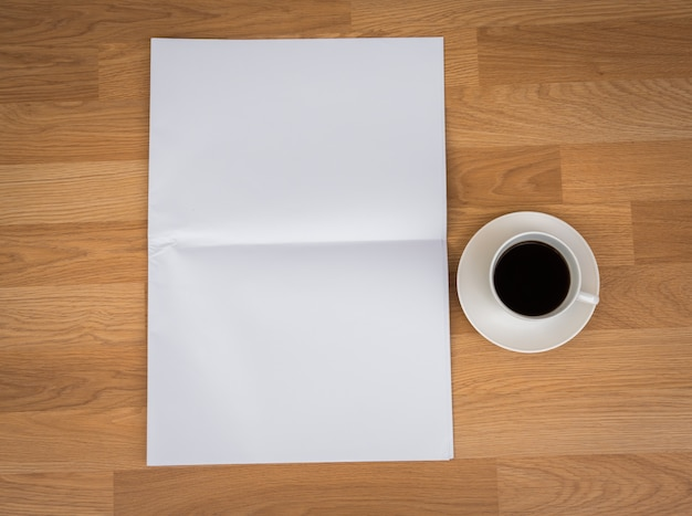Taza de café con papele en blanco