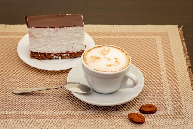 Taza de café con pastel. delicioso desayuno ligero