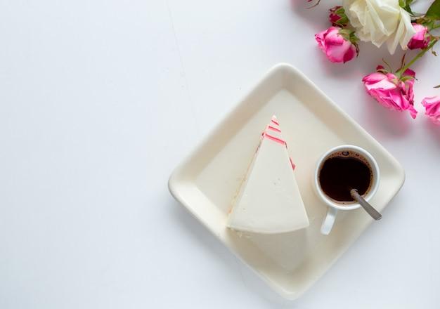Taza de café, pastel, flores de tulipán de primavera por la mañana. hermoso desayuno