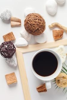 Taza de café con patrón neutral