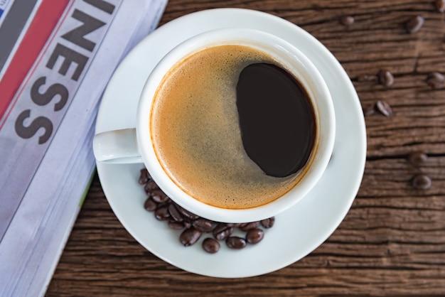 Una taza de cafe y un periodico