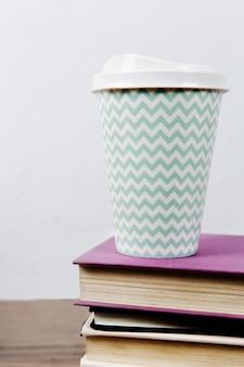 Taza de café en la pila de libros.