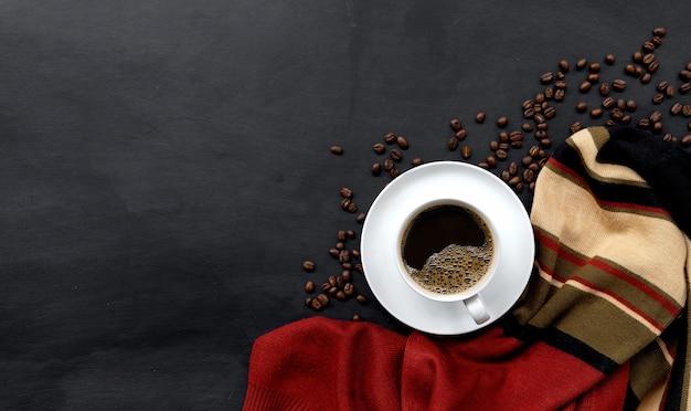 Taza de café en el piso de cemento negro