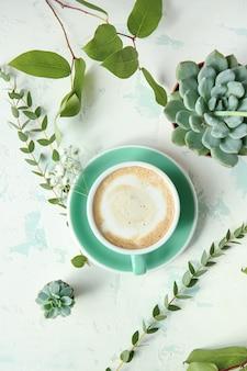 Taza de café y plantas verdes.