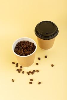 Una taza de café de plástico de vista superior con semillas de café marrón