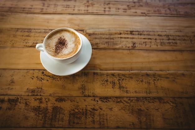 Taza de café y platillo sobre una mesa