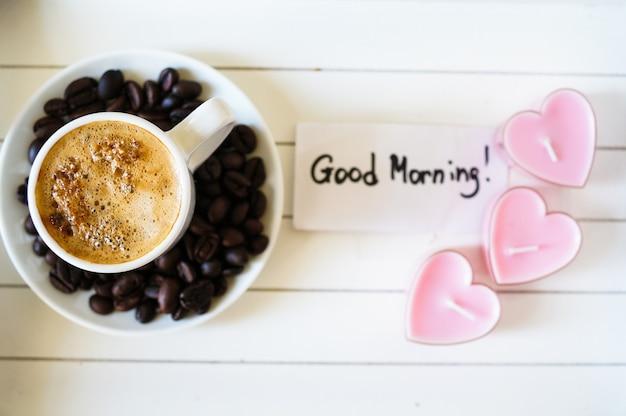 Taza de café en un plato y granos de café