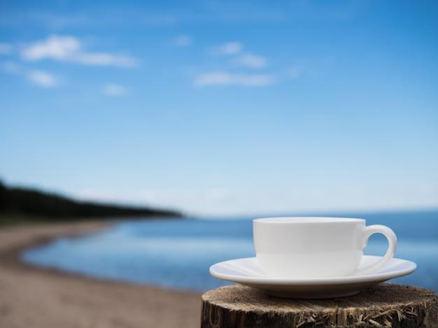 Taza de cafe en la playa