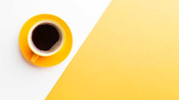Taza de café recién hecho con espacio de copia