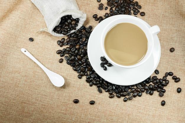 Taza de café recién hecho con granos de café