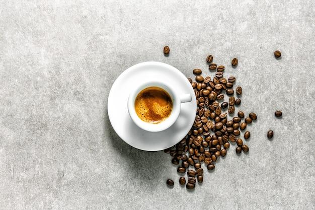 Taza de café recién hecho servido en taza