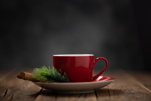 Taza de café roja en un ambiente navideño