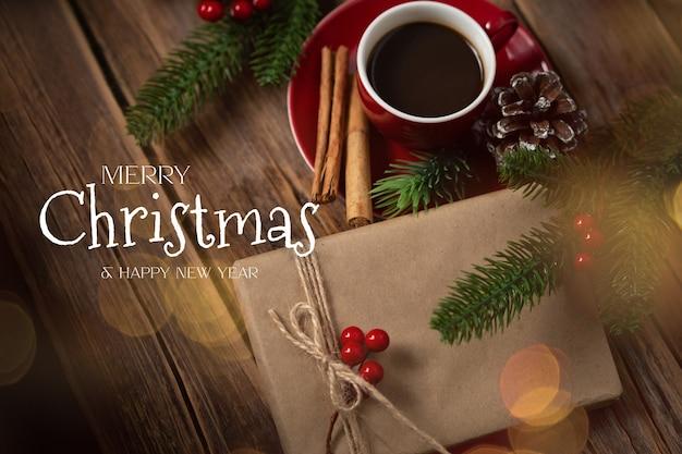 Taza de café roja con regalos en un ambiente navideño
