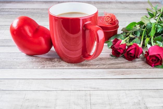 Taza de café rojo con el corazón y el concepto de día de san valentín rosa