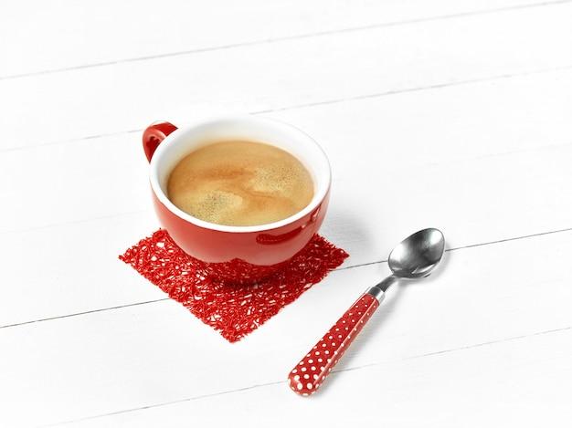 Taza de café rojo en mesa de madera