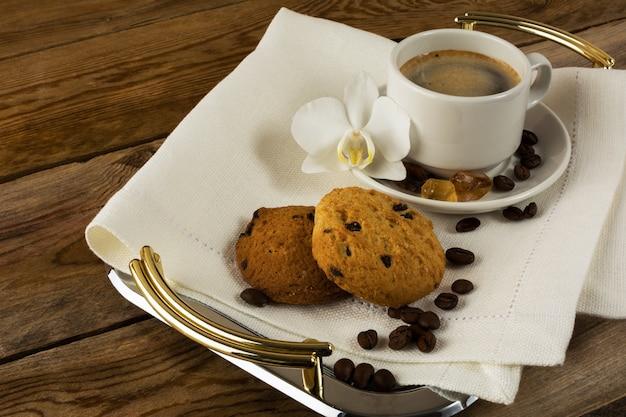 Taza de café romántica servida con orquídea blanca