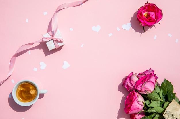 Taza de café con rosas por la mañana.