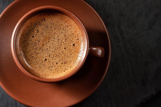 Taza de café sobre fondo de piedra. vista superior con espacio para copiar su texto