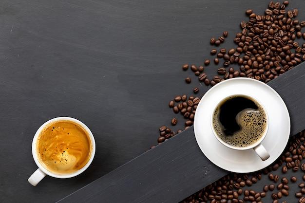 Taza de café sobre fondo de piso de madera negra