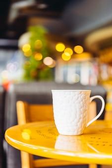 Taza de café sobre la mesa de un café